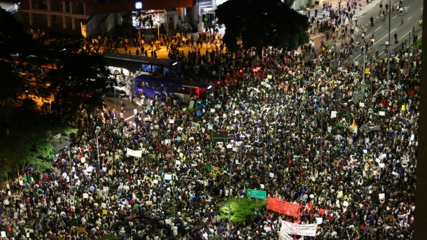 17jun2013-manifestantes-chegam-ao-cruzamentos-das-avenidas-faria-lima-e-reboucas-em-pinheiros-zona-oeste-de-sao-paulo-no-5-protesto-contra-o-aumento-das-tarifas-do-transporte-coletivo-1371505262094_1920x1080
